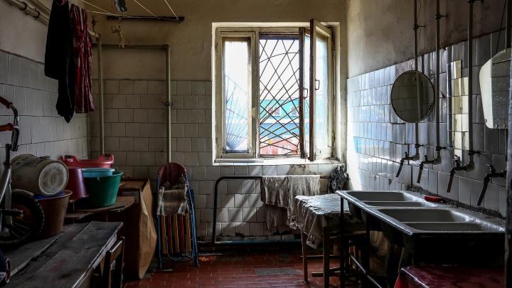 Один унитаз на 40 семей. Показываем, как нижегородцы живут в опасном бараке без удобств