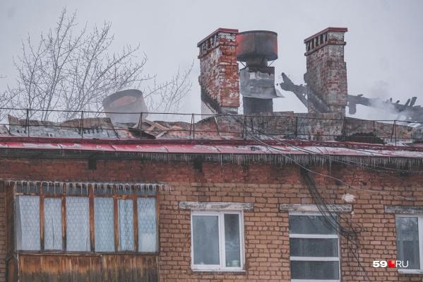 У дома сгорела вся крыша, от тушения пострадали некоторые квартиры