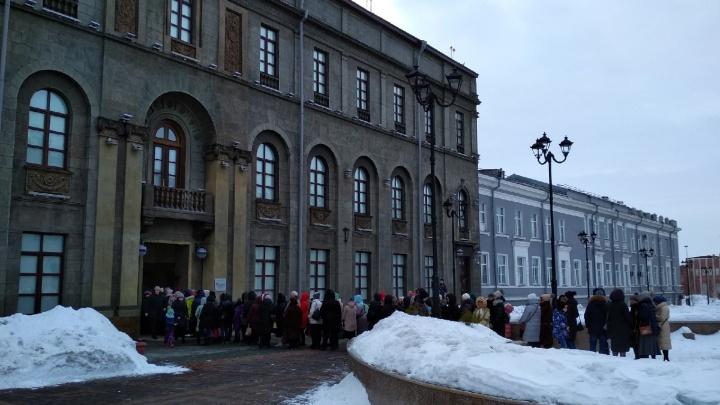 Омички выстроились в огромную очередь из-за бесплатных билетов в Эрмитаж
