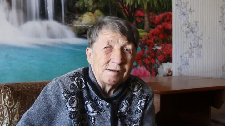 «Продукты собакам раздала»: бабушка, которая две недели прожила на остановке, поговорила с UFA1.RU
