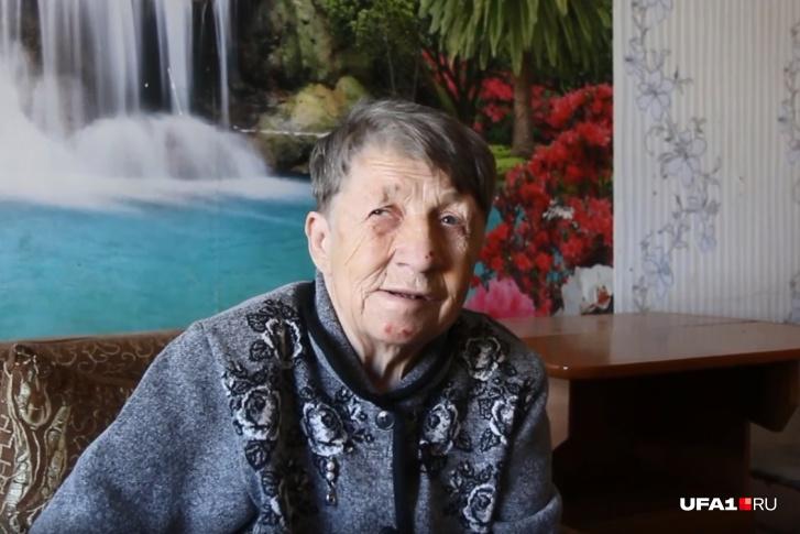 «Продукты собакам раздала»: бабушка, которая две недели прожила на остановке