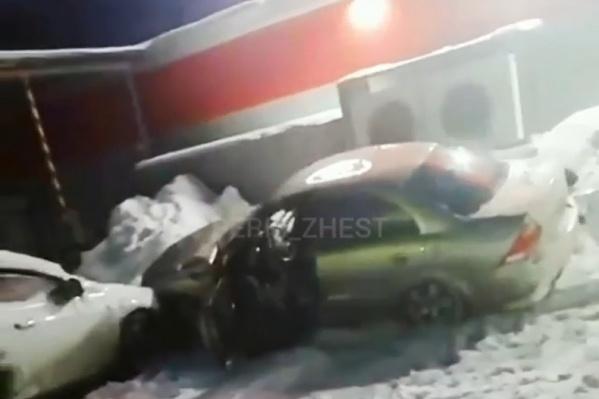 После случившегося угонщика такси разъяренные очевидцы достали из салона машины