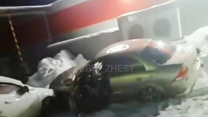 В Прикамье пьяный водитель угнал автомобиль такси и сбил детей. Видео