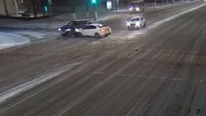 KIA подбила Audi на полупустом проспекте Ленина в Волгограде