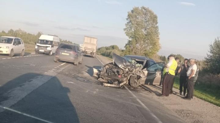 «Его спас правый руль»: легковушку смяло при столкновении с фурой под Новосибирском