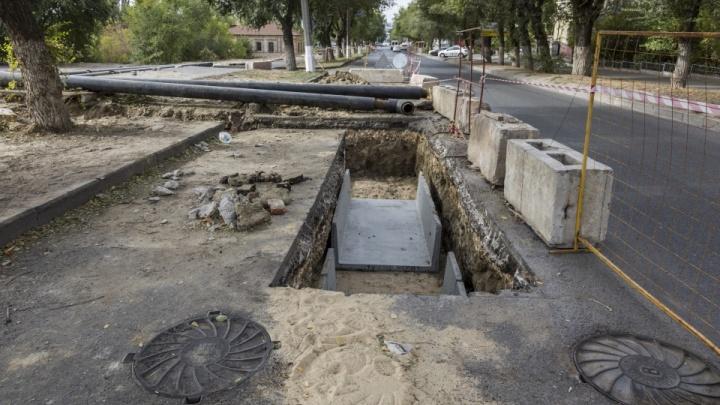 «На месте нет ни одного рабочего»: волгоградские коммунальщики вторую неделю не могут закопать траншею в центре города