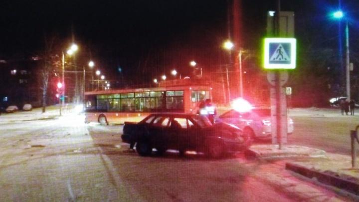 В Березниках легковушка врезалась в троллейбус: один человек пострадал