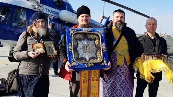 Самарский священник пролетел над регионом с иконой на вертолете