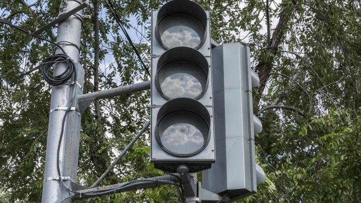В трех районах Волгограда на оживленных перекрестках поставят светофоры
