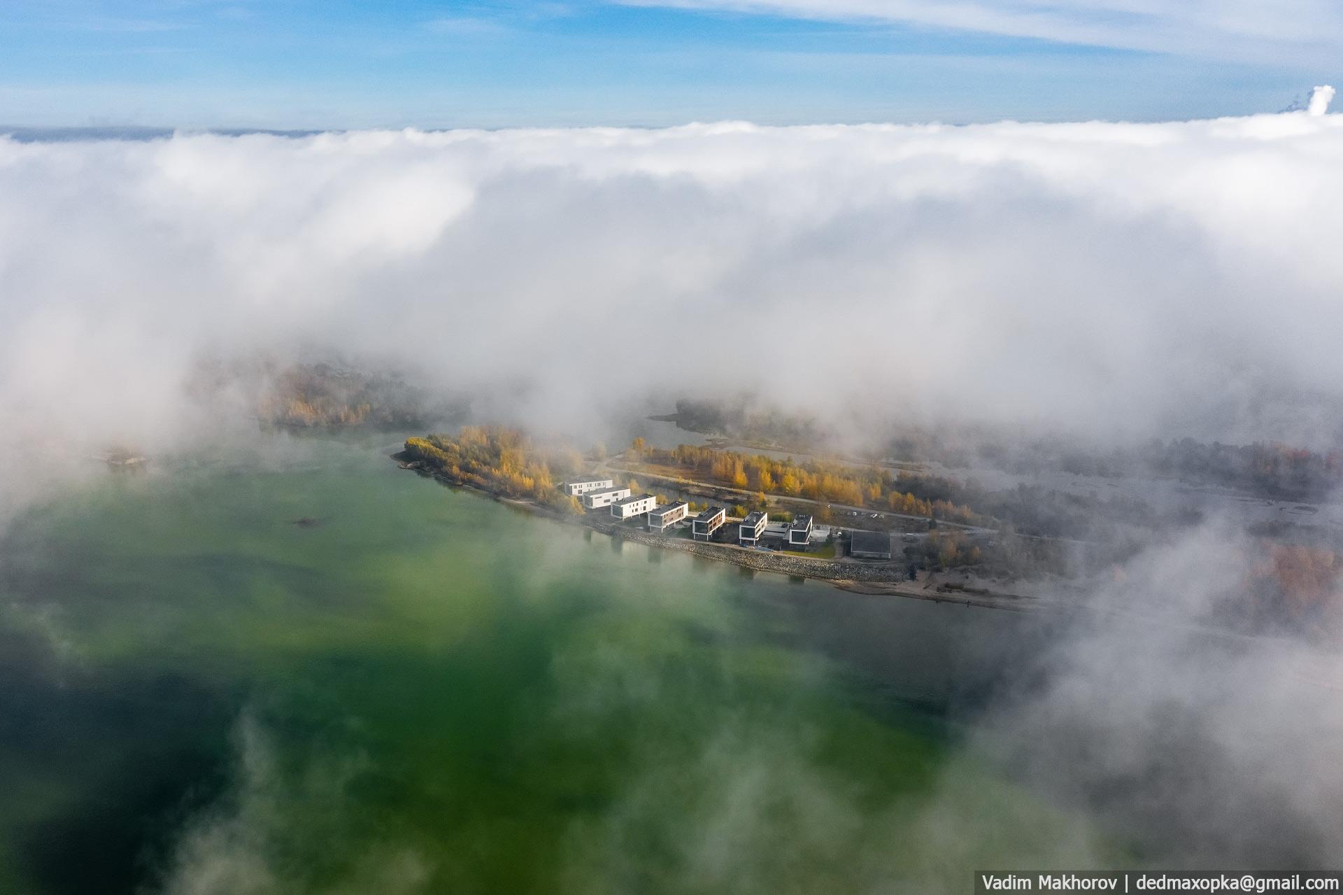 Завораживающее сочетание утреннего тумана и солнечной погоды