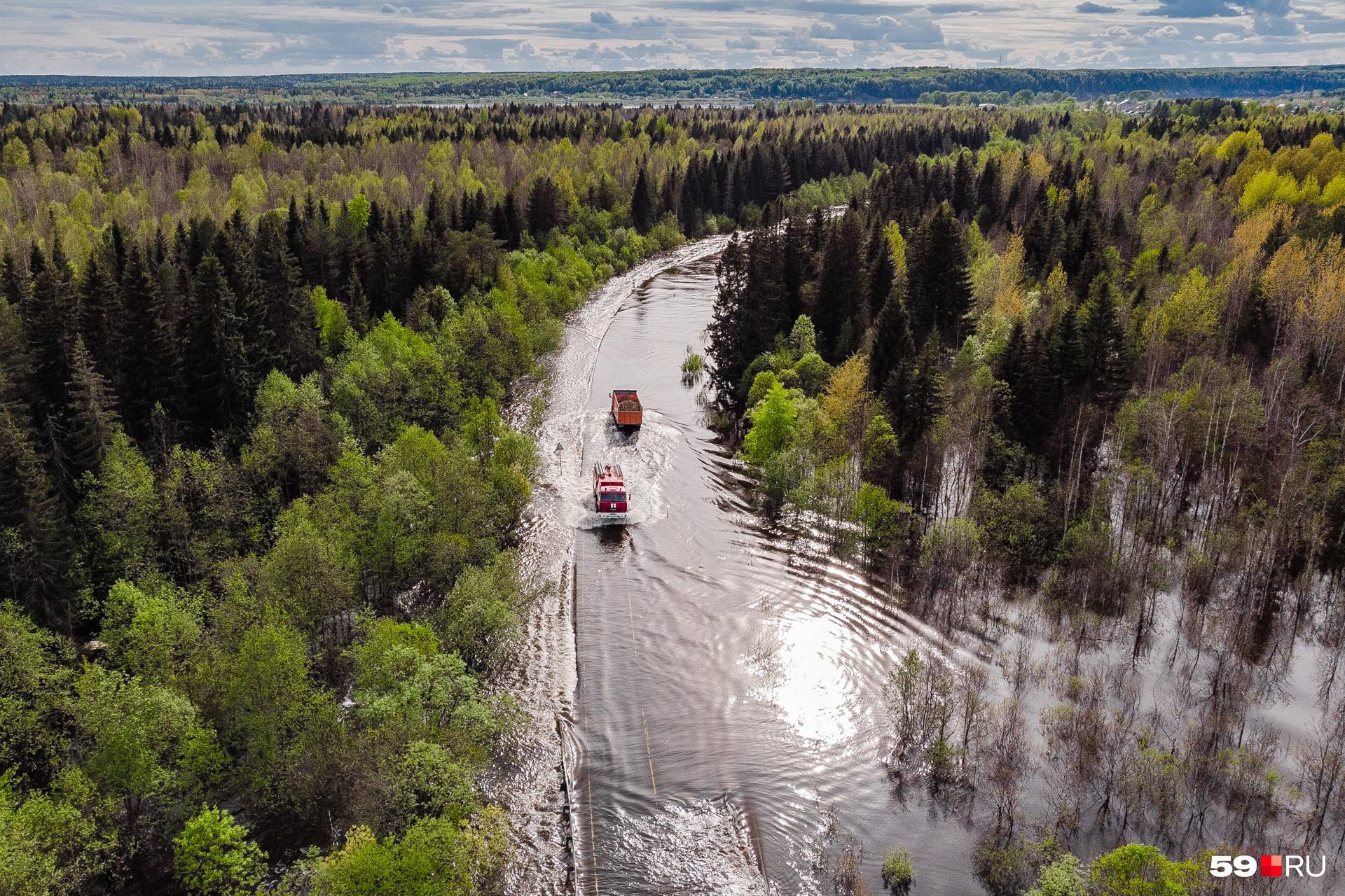 Спасатели добираются как будто по дороге, но как будто и по реке