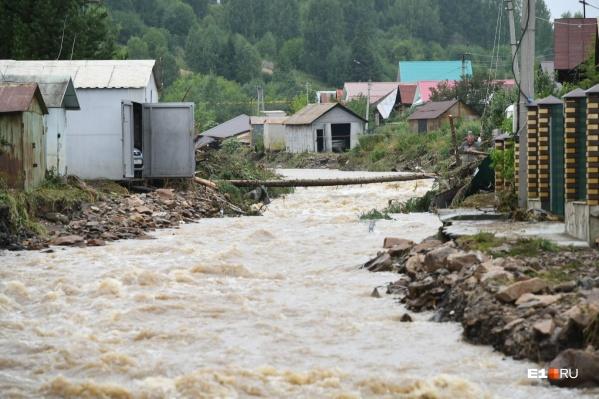 Вода затопила 63 частных дома, разрушила ещё 2 и уничтожила мост