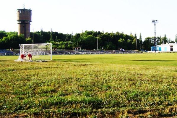 На архивном фото видно, в каком плачевном состоянии находится стадион