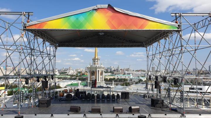 На крыше «Пассажа» установили яркую сцену, на которой будут выступать Олег Майами и Natan