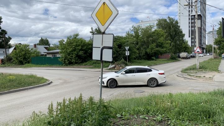 Новое место в Новосибирске, где главная дорога внезапно обрывается — водители рискуют