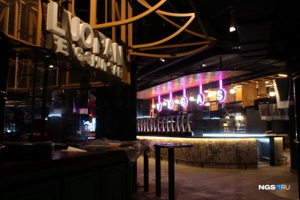 Комплекс представляет собой огромное пространство, по которому расставлены в художественном беспорядке острова-стойки разных баров