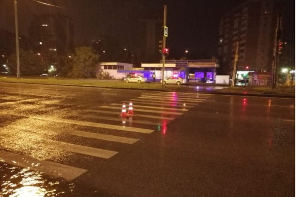 Подростки двигались по пешеходному переходу и на зеленый свет