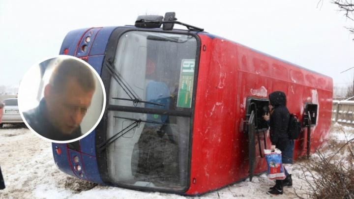 В Ярославле лишили прав водителя маршрутки, чей ПАЗ перевернулся на заснеженной дороге