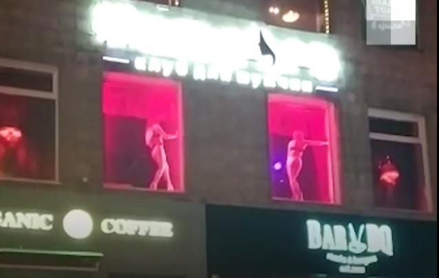 «В мире пандемия, а у них вон что!»: новосибирца возмутило эротическое шоу в окнах стрип-клуба