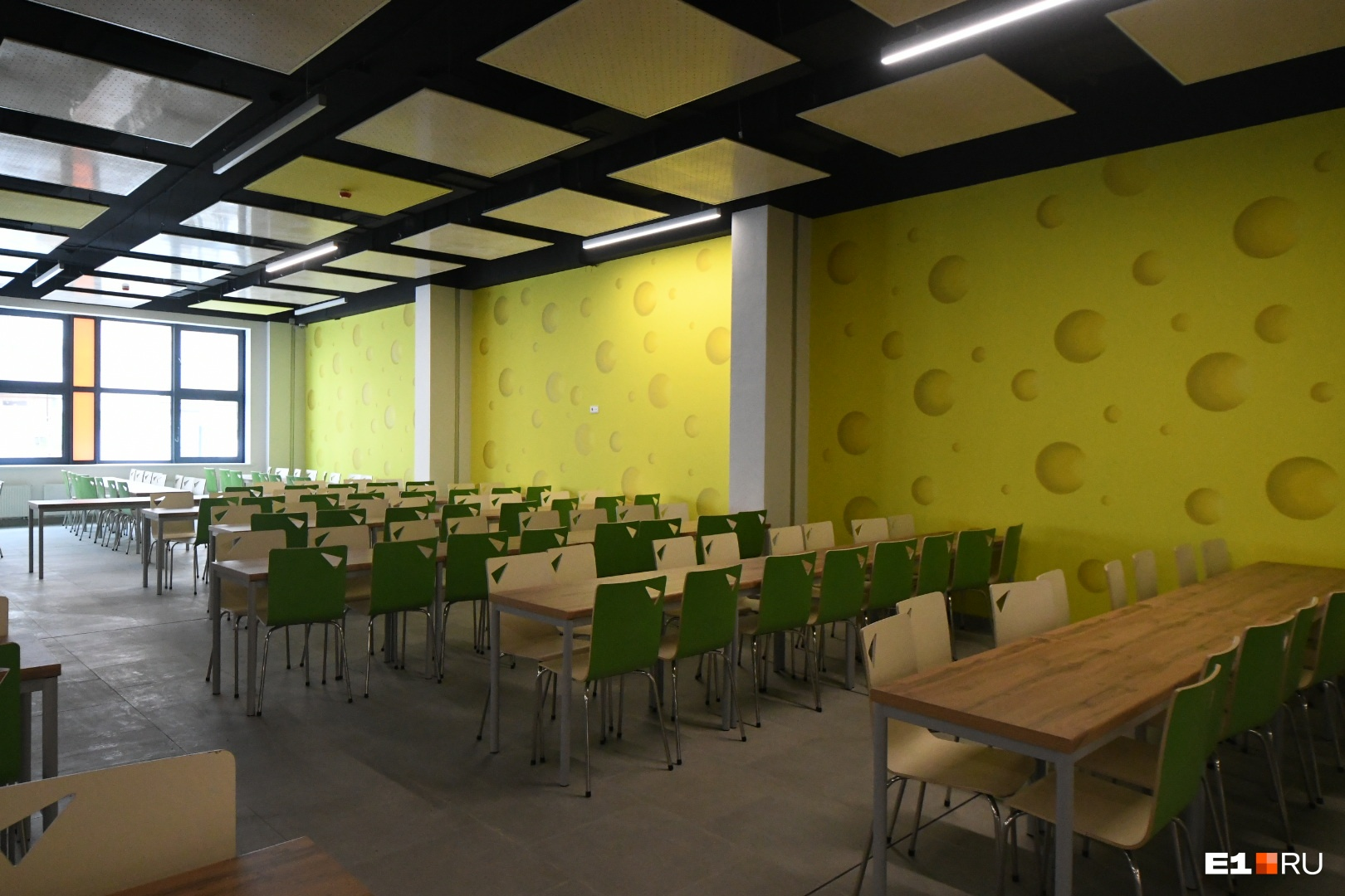 Стены столовой стилизованы под кусочек сыра