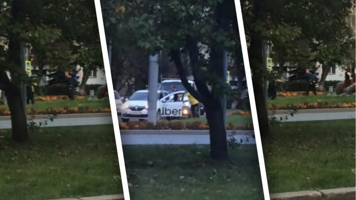 Водитель «Газели» и таксист подрались у Александровского парка в Тюмени
