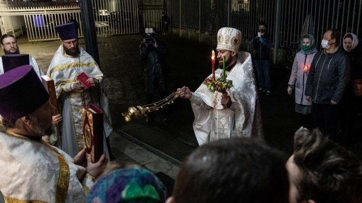 «Радостно распнули попа»: священники высказались о ситуации в храме Всех Святых, где на службе прихожане целовали крест