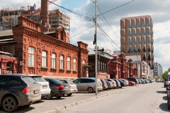 На Горького находятся исторические здания и современные