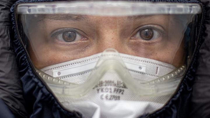 «Я с дежурства и хочу умереть»: смотрим в глаза врачей, отвоёвывающих жизни у смертельного вируса