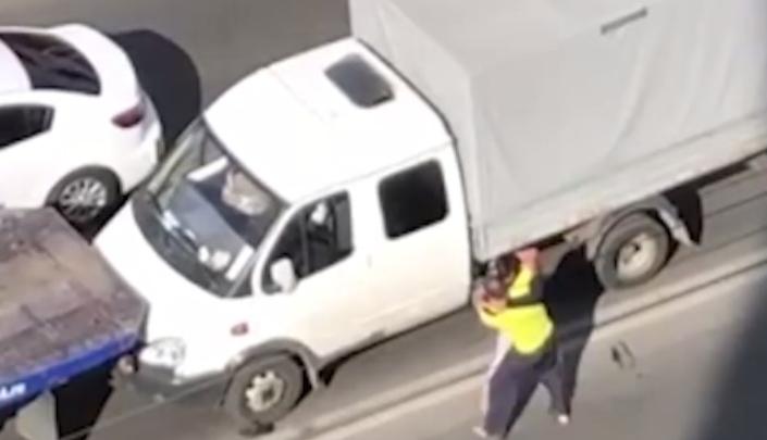 В Октябрьском районе Новосибирска эвакуаторщик и водитель «Газели» затеяли драку на проезжей части — инцидент попал на видео