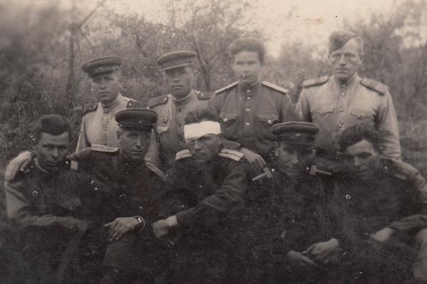 Иван Шкилёв на фото во втором ряду с левого края