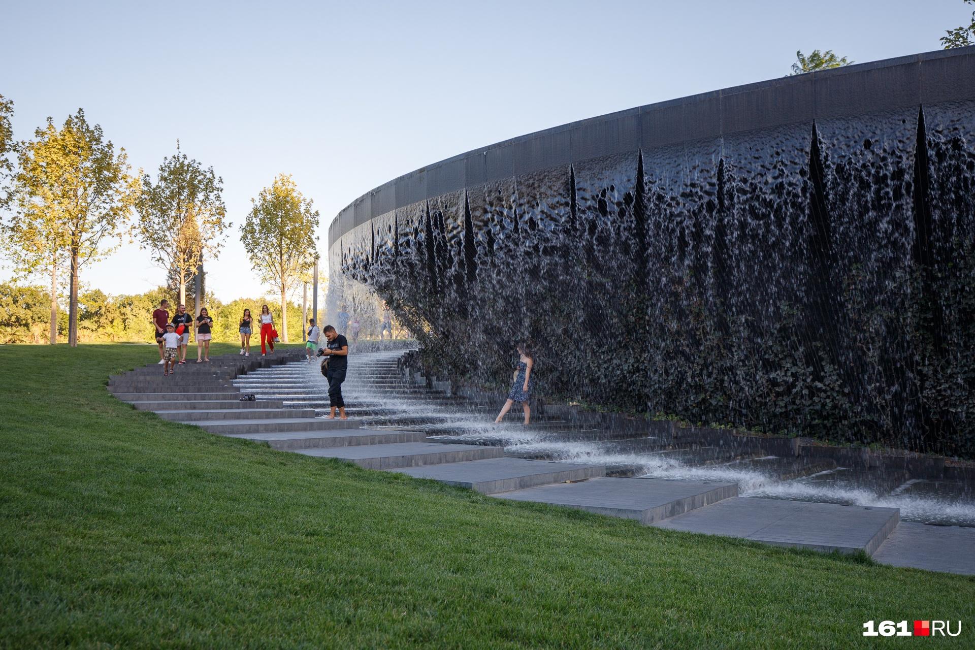 В этой конструкции есть разделительные барьеры, так что люди могут зайти за водную стену. Внутри есть лавочки, на которых можно отдохнуть и послушать звук падающей воды