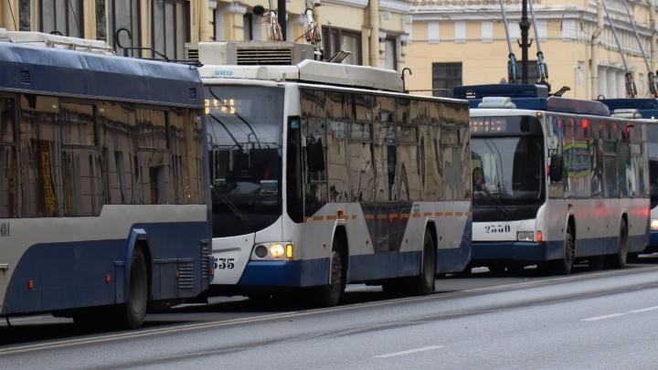 Омичей попросили сообщать о нарушении масочного режима в транспорте