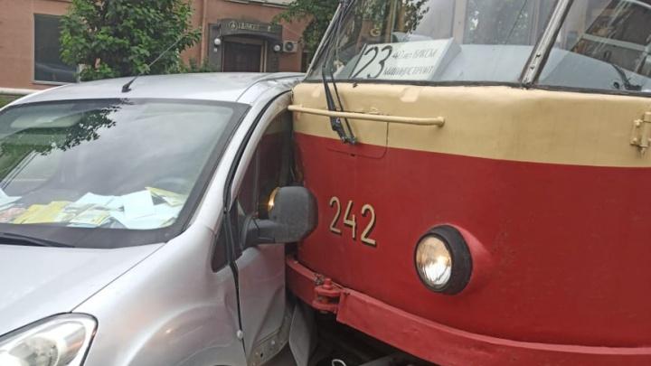 На Гагарина трамвай врезался в Peugeot. На месте образовалась пробка
