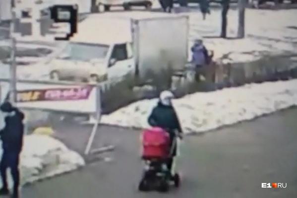 Водитель грузовичка так резво ехал задним ходом по тротуару, что не заметил женщину с коляской