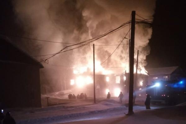 Пожар тушили десять человек