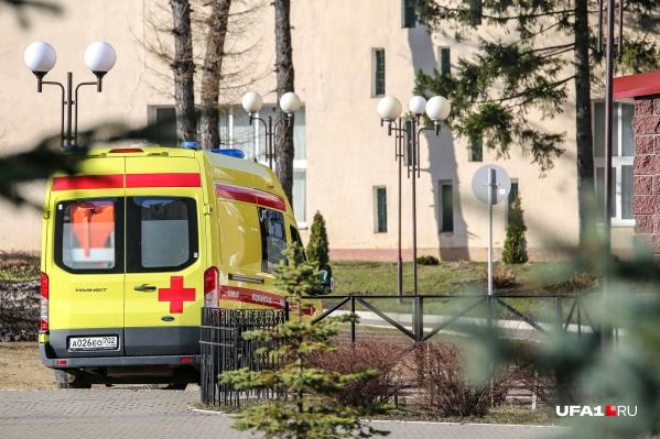 Пациенты продолжают поступать в стационары на автомобилях скорой