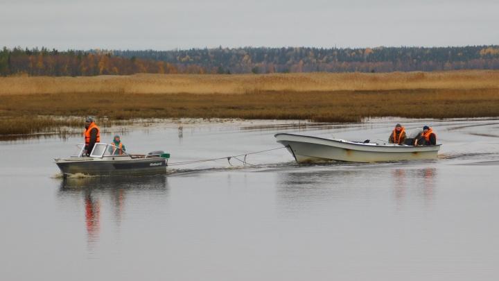 Инспекторы «Онежского Поморья» спасли трех рыбаков, которых уносило на лодке в Белое море, — видео