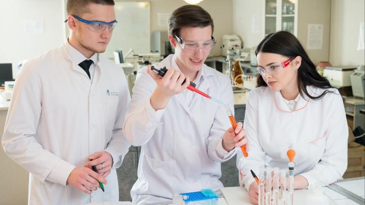 Психология и биотехнология — выбор абитуриентов: над чем работают в Высшей медико-биологической школе ЮУрГУ