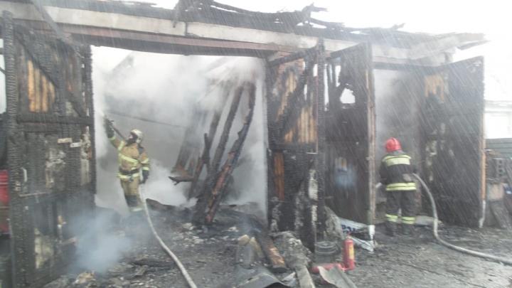 В Екатеринбурге пожарные предотвратили взрыв в горящем автосервисе
