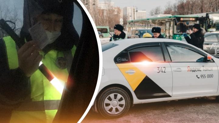 Инспекторы проверяют у тюменцев маски в такси. Как это происходит на деле и какие штрафы