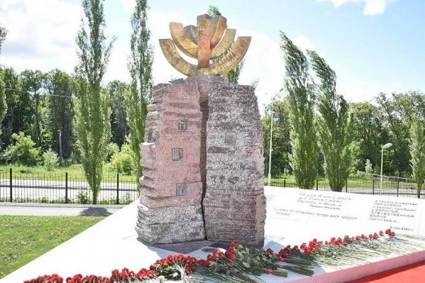 Участники церемонии зажгли шесть свечей в память о шести миллионах погибших во время холокоста