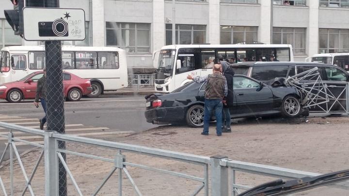 В центре Архангельска «Тойота» налетела на леерное ограждение