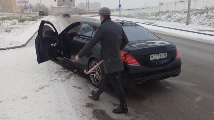 В Екатеринбурге водитель тонированного Mercedes с клюшкой напал на авто, в котором везли анализы на COVID