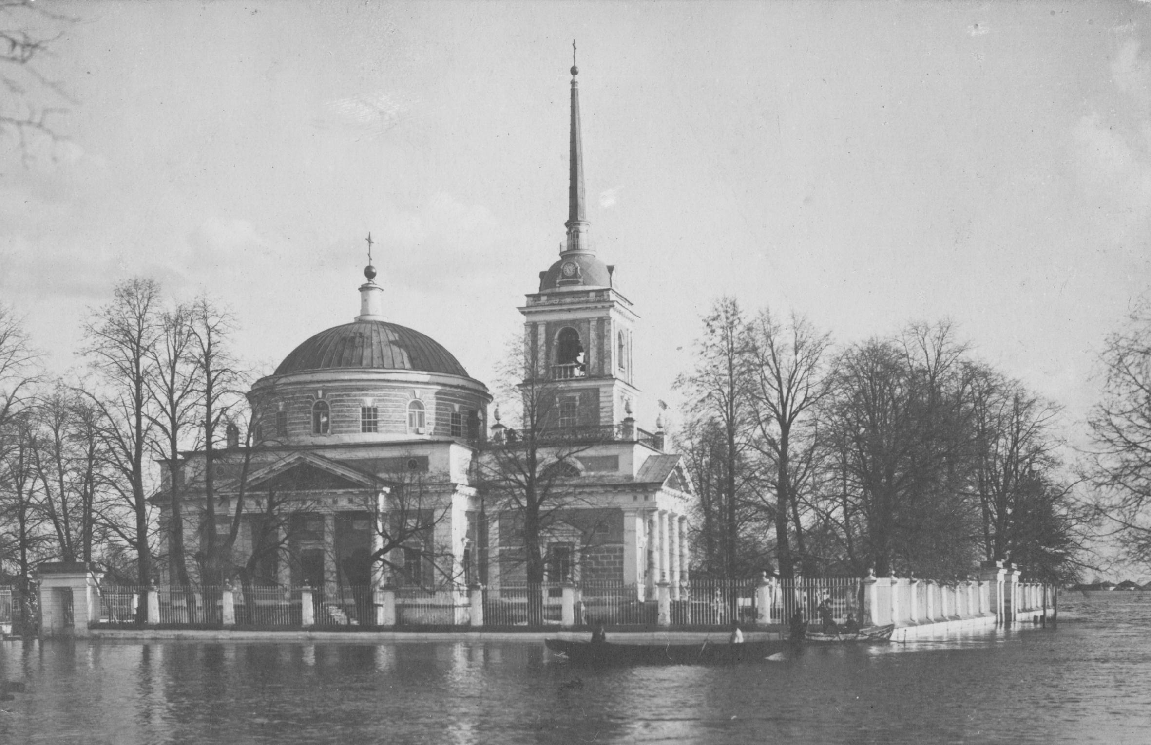 А это Никольская церковь во время половодья в 1914-м