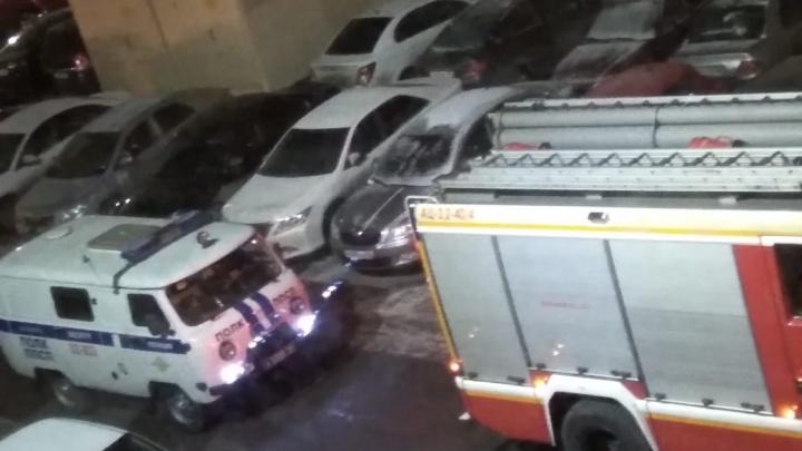 «Машины МЧС не могли подъехать из-за припаркованных авто»: на Уктусе пожарные эвакуировали 25-этажку