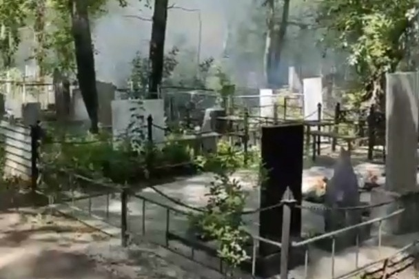 На кладбище в Челябинске из-за пуха загорелись могилы