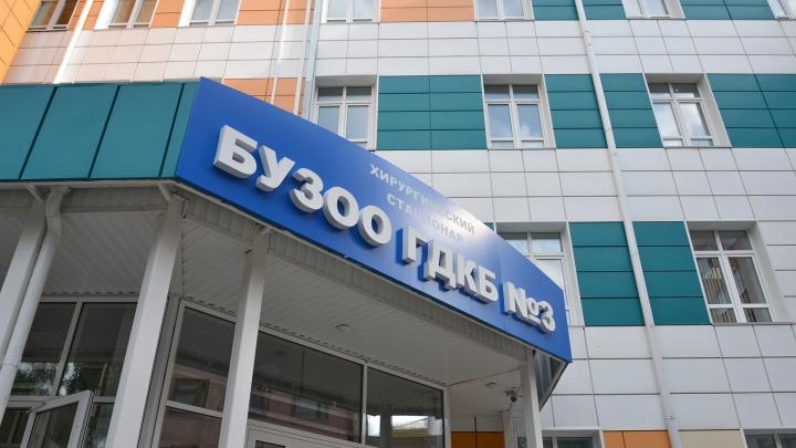 Завхирургией омской ГДКБ-3 брал деньги за бесплатные операции