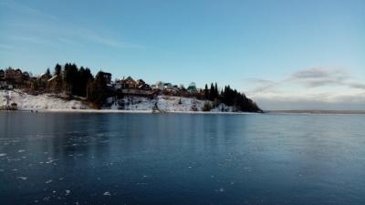 В Прикамье наблюдают редкое явление — зеркальный лед. Что это такое?