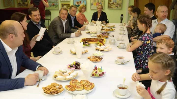 Многодетной семье из Коряжмы передали подарки по поручению Путина