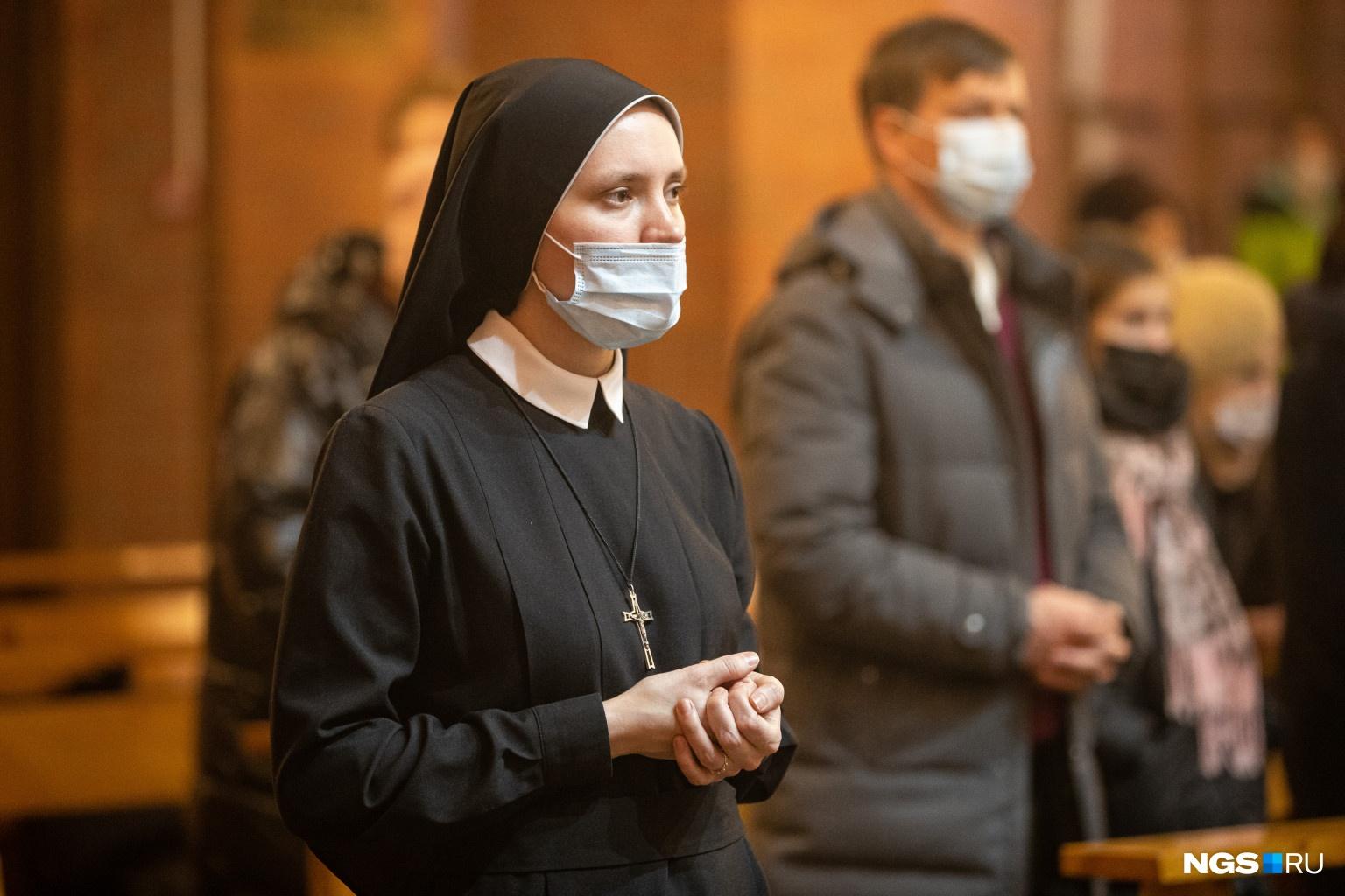 И монахини, и прихожане были в масках